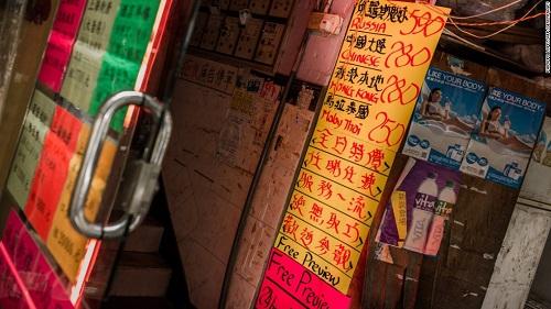 Bảng giá đi khách của gái bán dâm ở một quán bar lớn ở Wancha. Ảnh: CNN