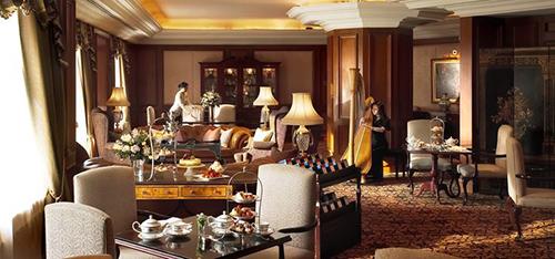 Khách sạn Ritz-Carlton, Kuala Lumpur, Malaysia  Năm 2014, trong chuyến công du đến Malaysia, tổng thống Obama nghỉ tại khách sạn Ritz-Calton, Bukit Bintang, Kuala Lumpur. Khách sạn chỉ cách trung tâm mua sắm Pavilion 7km và tháp đôi Petronas 2km. Trong phòng nghỉ của tổng thống có cả khu vực ăn tối, phòng khách riêng. Ảnh: pinterest.