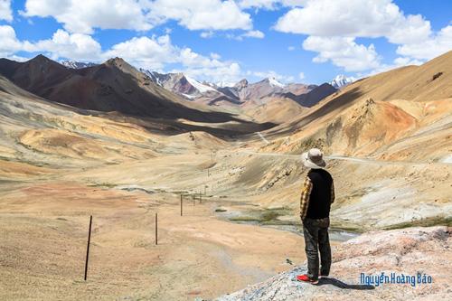 Lạc bước ở Tajikistan trước một cảnh thiên nhiên hùng vĩ.