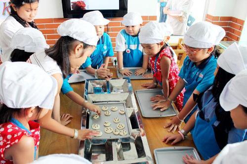 Các bé học làm bánh tại KizCity. Ảnh: kay