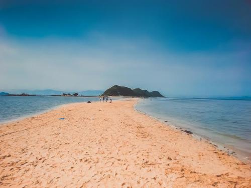 Con đường nằm dưới mực nước biển ở Điệp Sơn. Ảnh: Đỗ Xuân Thịnh.