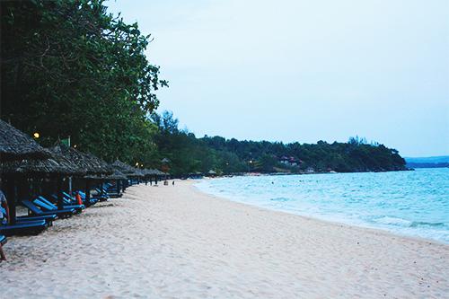 Khu bờ biển dài 2km với bờ cát trắng phau tại Sokha Beach Resort. Ảnh: Phong Vinh