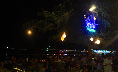 Không khí nhộn nhịp tại biển Sihanoukville vào buổi đêm. Ảnh: Phong Vinh