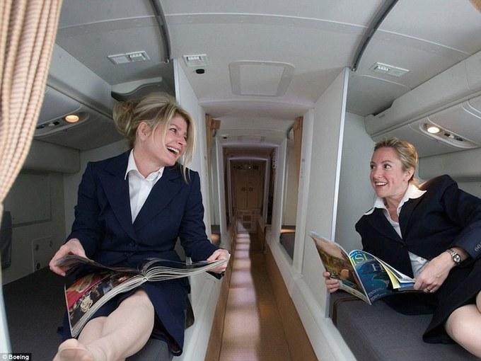<p> Những hành trình đường dài luôn khiến các phi công và tiếp viên mệt mỏi. Vì thế, để tạo không gian nghỉ ngơi cho họ, máy bay Boeing 777 và 787 thiết kế riêng một khoang buồng ngủ bí mật dành cho thành viên phi hành đoàn. Ảnh: <em>Boeing</em>.</p>