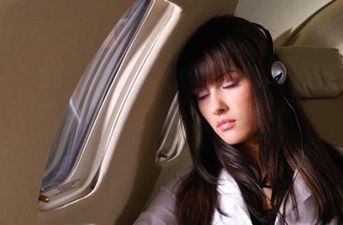 2. Mang tai nghe riêng Theo một số người từng phục vụ cho nhà kho cung cấp các thiết bị trên máy bay, bộ tai nghe cung cấp cho hành khách dù được bọc cẩn thận, nhưng không phải là hàng mới. Sau mỗi chuyến bay, chúng đều được lấy ra và đóng gói lại để tái sử dụng.