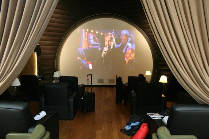 """<p class=""""Normal""""> Phòng dành riêng cho những hành khách thích giải trí bằng phim ảnh hay ca nhạc. Những bộ phim mới luôn được cập nhật từng ngày. Ảnh: <em>Upgrd</em>.</p>"""