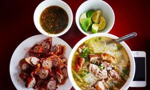 Cô gái 'check in' ẩm thực trên đường xuyên Việt