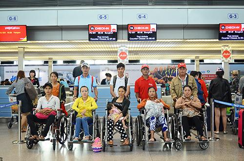 Ảnh 1: Bệnh nhân và người thân của mình trước khi lên đường sang Thái Lan. Ảnh: Phong Vinh