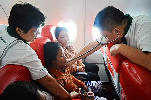 Ảnh 2: Bệnh nhân được kiểm tra sức khỏe liên tục trên máy bay khiến nhiều hành khách không khỏi ngạc nhiên. Ảnh: Phong Vinh