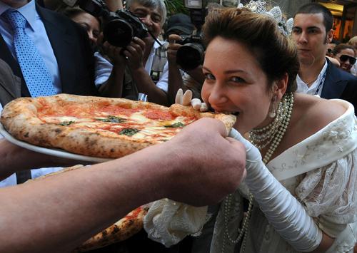 chiec-pizza-mang-ten-cua-nu-hoang-2