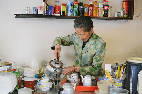 Bà Năm vẫn ngày ngày đứng chế từng mẻ cà phê cho thực khách. Ảnh: Phong Vinh