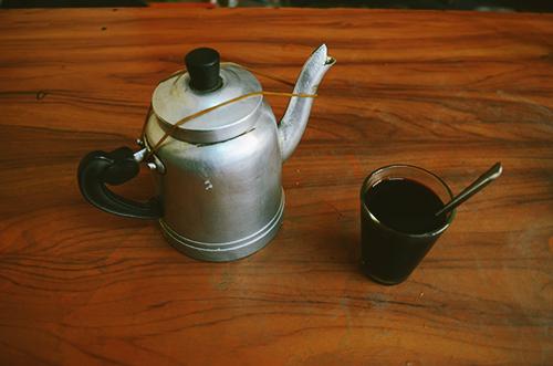 Ly cà phê cùng ấm trà quen thuộc đã trở thành ký ức của nhiều người đã hay đang sống ở thành phố từng ghé qua. Ảnh: Phong Vinh