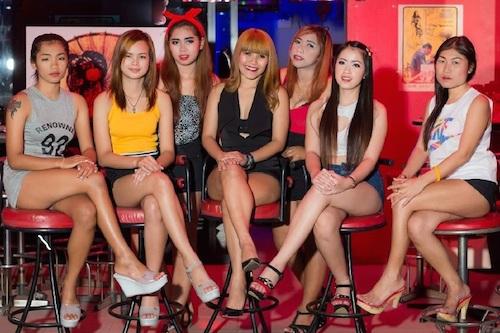 Phần lớn gái quán bar đều thoải mái với công việc của mình. Ảnh: Pattaya bars.