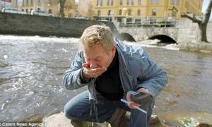 Người đàn ông đi khắp châu Âu để liếm đồ bẩn