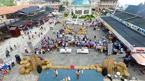 10h sáng ngày 26/8/2016, lần đầu tiên, Lễ hội bia Bestival 2016 đã chính thức khai mạc tại quảng trường Du Dôme, Làng Pháp, thuộc Khu du lịch hàng đầu Việt Nam Bà Nà Hills (Đà Nẵng). Ngay trong ngày khai mạc, lễ hội đã thu hút 6.000 lượt du khách trong và ngoài nước tham dự