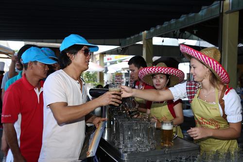 chiêu đãi du khách miễn phí suốt thời gian diễn ra lễ hội tại các khu vực: quảng trường Du Dôme, nhà hàng Buffet Club, nhà hàng Vườn Bia và nhà hàng Nga Kavkaz.