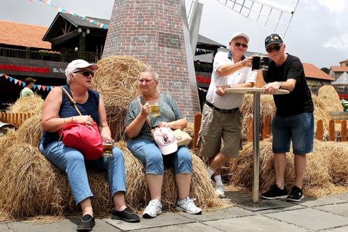 Một nhóm du khách người Úc từng tham dự lễ hội bia lớn nhất thế giới Oktoberfest (được tổ chức hàng năm ở Munich, Đức) chia sẻ, so với Oktoberfest, Bestival Bà Nà Hills của Việt Nam cũng náo nhiệt và sôi động không kém cạnh.