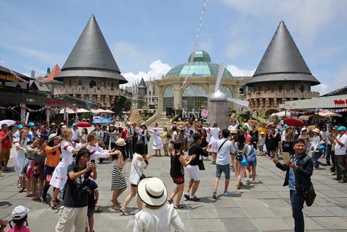 Lễ hội thêm phần sôi động với màn nhảy múa, giao lưu tập thể ấn tượng giữa các nghệ sĩ châu Âu và du khách.
