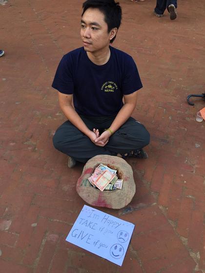 chang-trai-ha-noi-thu-long-nguoi-nepal-bang-cach-vo-an-xin