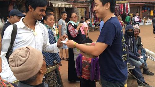 chang-trai-ha-noi-thu-long-nguoi-nepal-bang-cach-vo-an-xin-2