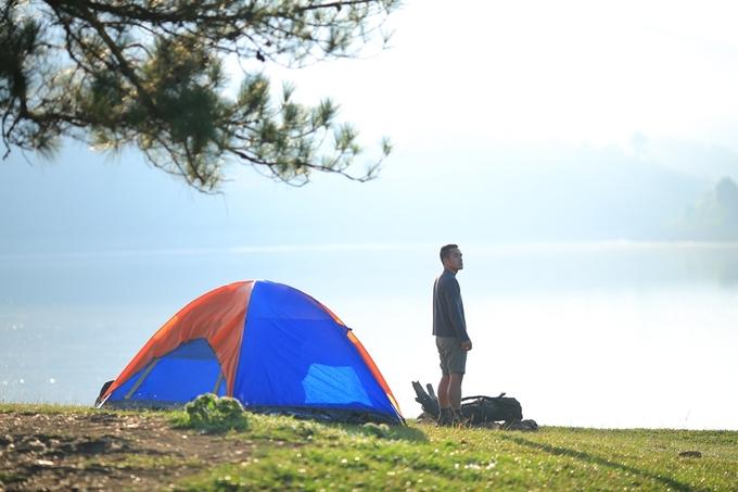 Cắm trại và chụp ảnh sống ảo ở 'cây cô đơn' Đà Lạt