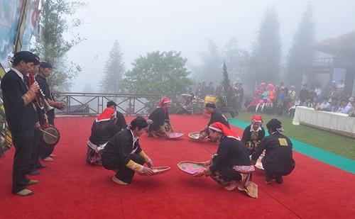 Biểu diễn văn nghệ phục vụ du khách tại núi Hàm Rồng. Ảnh: Ngọc Bằng.