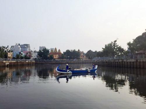 Thuyền được chèo bởi những cô gái mặc áo dài truyền thống. Ảnh: Thảo Nghi.