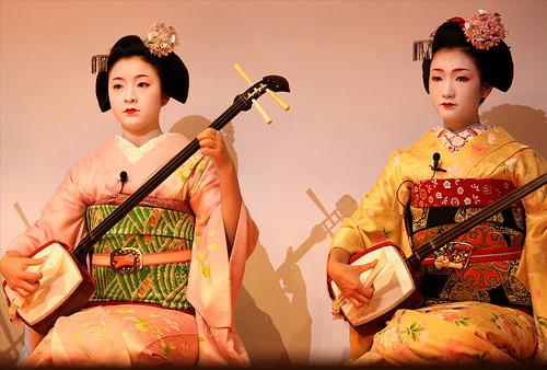 choi-dan-shamisen-bai-hoc-vo-long-cua-moi-geisha