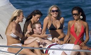 Cuộc sống không như mơ của nhân viên trên du thuyền tỷ phú