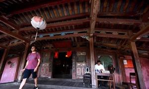 Tối đa 20 khách được qua chùa Cầu một lượt