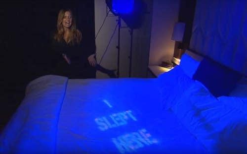 Phóng viên sử dụng sơn UV để đánh dấu ga trải giường. Ảnh: Inside Edition.