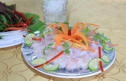 Tại nhà hàng Rạn Biển, món sashimi cá mú nghệ được cắt lát đều ăn kèm đầu hành ướp lạnh