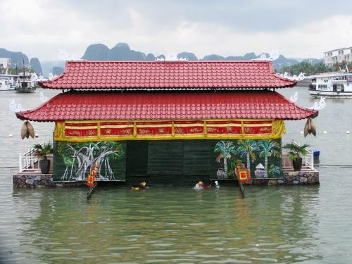 Nhiều tiết mục nghệ thuật múa rối nước được biểu diễn trước cửa Cảng tàu du lịch quốc tế Tuần Châu để phục vụ du khách.