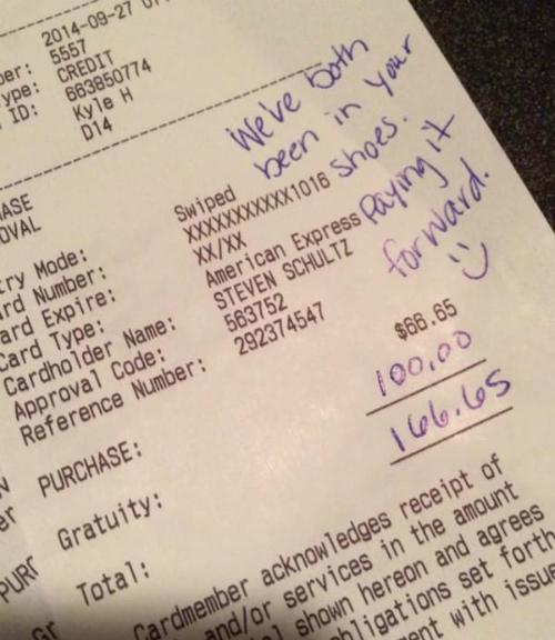 Vốn từng làm bồi bàn, Makenzie cảm thấy đồng cảm với nhân viên phục vụ nên quyết định boa hẳn 100 USD cho anh.