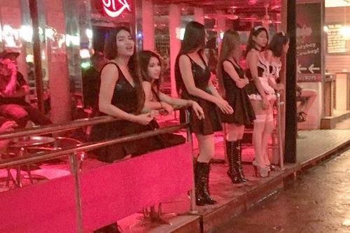 Gái bán hoa tại phố đèn đỏ Soi Cowboy khét tiếng của thủ đô Bangkok. Ảnh: Mirror.
