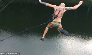 Cú nhảy móc dây vào da lưng từ độ cao 20 mét