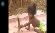 Bé gái Ấn Độ hồn nhiên tóm cổ rắn hổ mang chúa