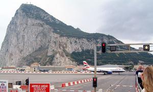 Nơi ô tô dừng đèn đỏ, đợi máy bay cất cánh