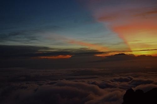Bình minh trên đỉnh núi Merapi. Ảnh: Phong Vinh