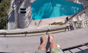Cú nhảy thót tim từ nóc nhà 5 tầng xuống hồ bơi