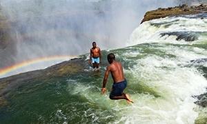 Hồ bơi của quỷ trên đầu ngọn thác