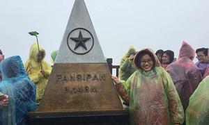 Mưa gió, hàng nghìn du khách vẫn đi cáp treo Fansipan ngày đầu năm