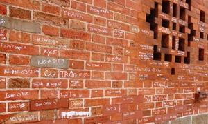 Vẽ bậy vào di tích, thói quen khó bỏ của một số người Việt