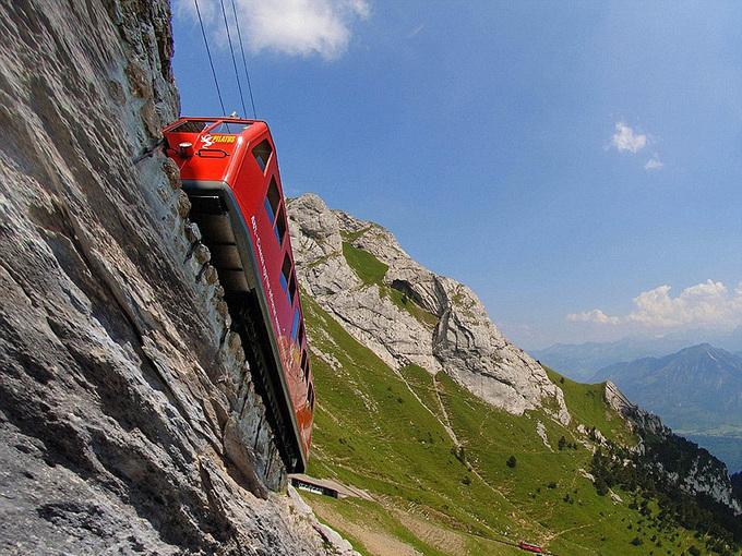 Những chuyến tàu lao thẳng xuống vực sâu ở Thụy Sĩ