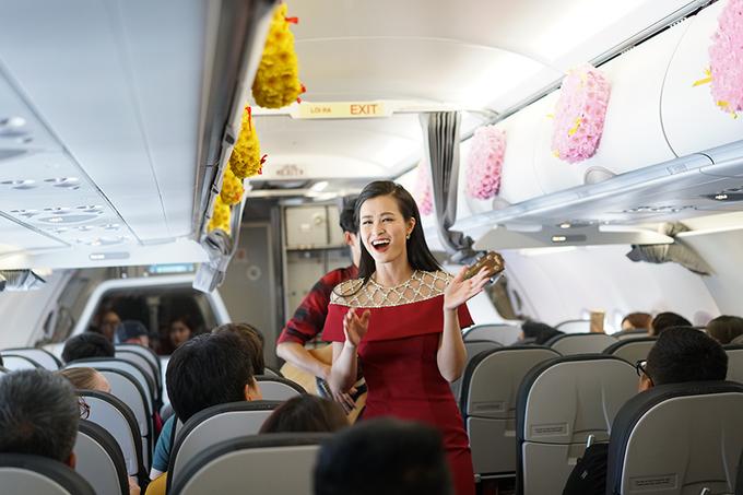 Đông Nhi hát tặng hành khách trên máy bay dịp năm mới