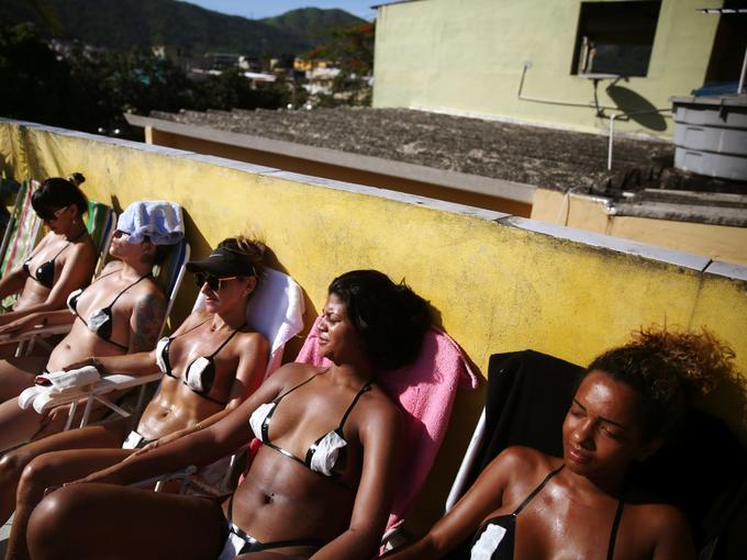 Không mặc bikini, phụ nữ Brazil dán băng dính điện tắm nắng