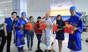 'Ông bà Táo' tặng quà cho hành khách tại sân bay Nội Bài