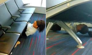 Chui gầm ghế - cách giải trí mới cho hành khách đợi chuyến bay
