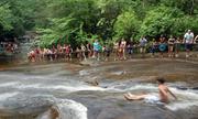 Du khách thi nhau trượt nước trên sườn đá