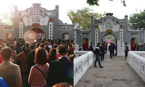 Khung cảnh đối lập ở các chùa trước và trong Tết